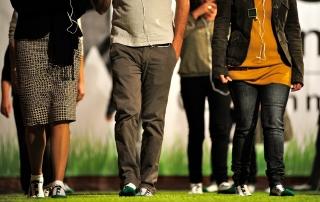 Gruppo che cammina scalzo mentre pratica il metodo WAL