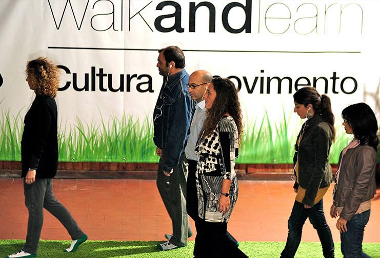 Persone che camminano e praticano il metodo WAL
